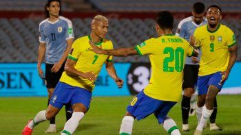 Brasil dio el golpe en el Centenario y venció 2 a 0 a Uruguay.