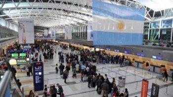 polemica por una norma que aumenta el costo de los viajes al exterior