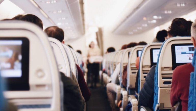 Viral: tenía Covid-19 y se disfrazó de mujer para viajar en avión.