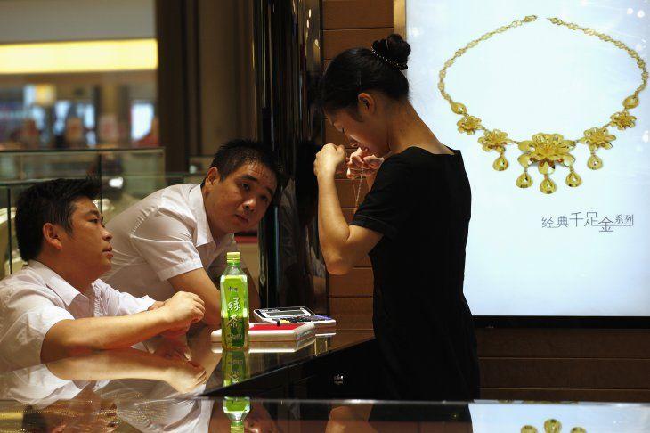 Imagen de archivo de empleados mostrando una selección de joyas de oro a clientes en una joyería en la sureña ciudad china de Shenzhen. 19 de octubre