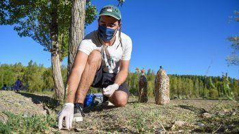 el joven neuquino que recolecta colillas para salvar a los rios