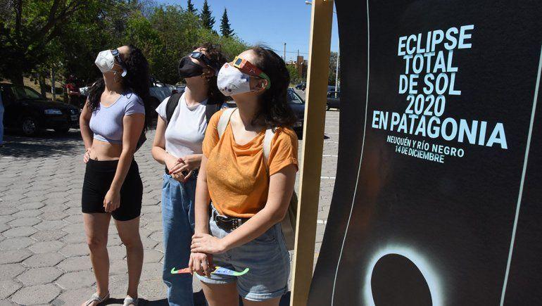 Una multitud se agolpó por los lentes para ver el eclipse