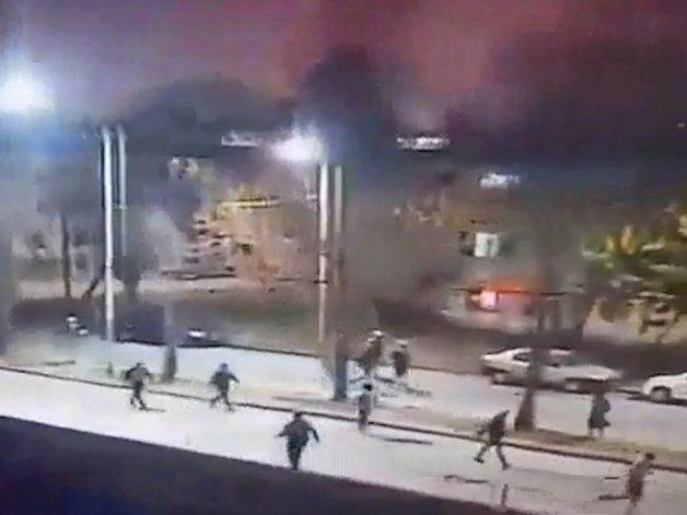 Videos: barras de Racing y el Rojo, a los tiros y rompiendo todo