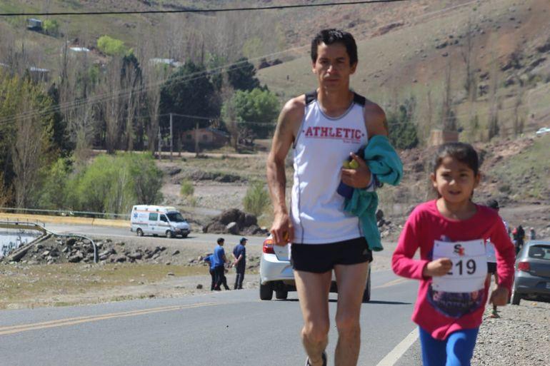Malena y su papá, en la carrera del Trail del Viento en Andacollo.