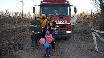 los bomberos sorprendieron a leo para su cumple de dos