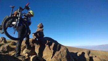 las aventuras de popeye, que escalo el tromen con una bicicleta en la espalda