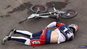 Uno de los competidores accidentados, dolorido en el piso.