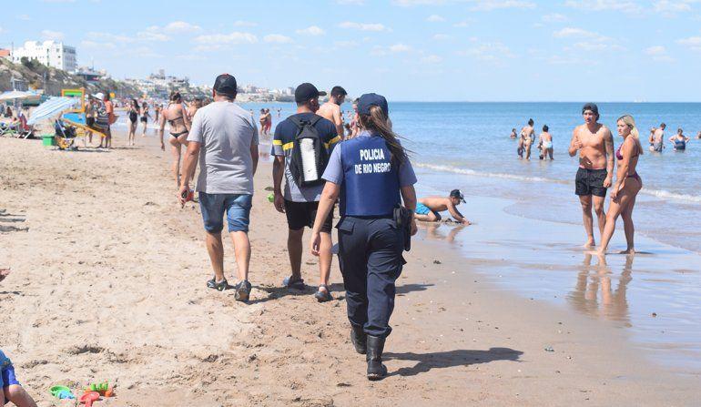 Los inspectores municipales deben controlar a los vendedores de la playa acompañados por policías. Han sufrido amenazas y agresiones.