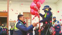pide casamiento a la novia policia en una comisaria
