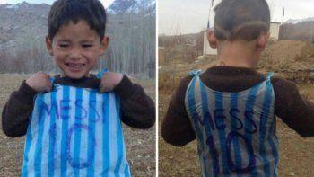 el drama que vive el nino afgano de la camiseta de plastico de messi