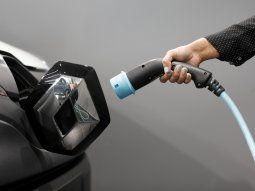 Imagen de archivo de una mujer sosteniendo un cable para cargar un vehículo utilitario deportivo eléctrico Renault Kangoo ZE en un concesionario automotor de Renault en Cagnes-Sur-Mer, Francia. 22 de