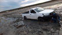 dramatico rescate: quedaron varados y casi los arrastra el mar