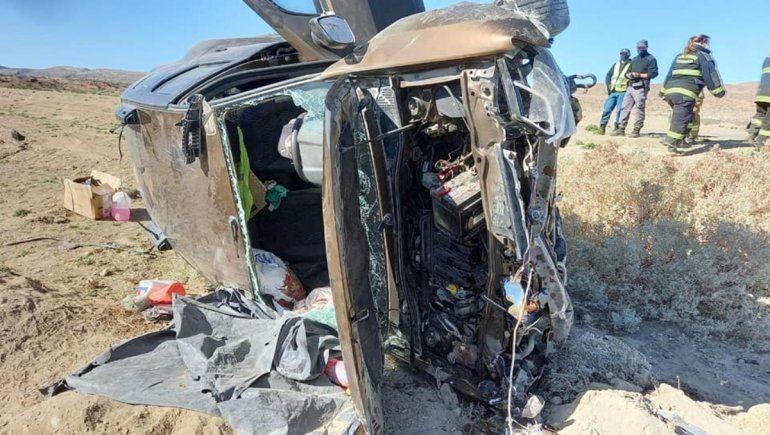 El vuelco se produjo en la Ruta Nacional 40, a la altura de Pampa del Salado, a 80 kilómetros de Chos Malal.