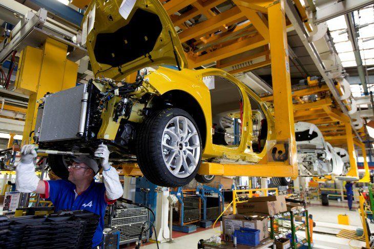 FOTO DE ARCHIVO: Empleados del fabricante de automóviles francés Renault trabajan en la línea de montaje del Clio RS en la fábrica de Renault en Dieppe