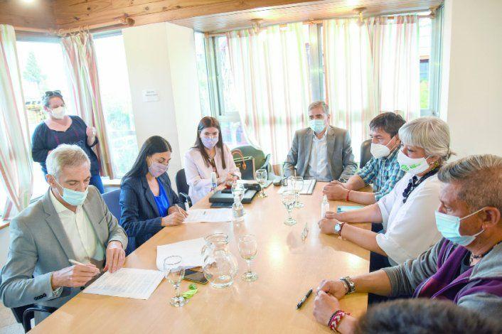 Los ministros Pons, Peve y Merlo firmaron por el Gobierno el acuerdo con los representantes de ATE, encabezados por su titular, Carlos Quintriqueo.