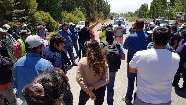 Trabajadores de Centenario abandonan la ruta y van a la Muni