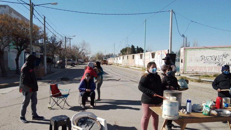 Vecinos cortan calle e impiden trabajar en una obra en reclamo de servicios