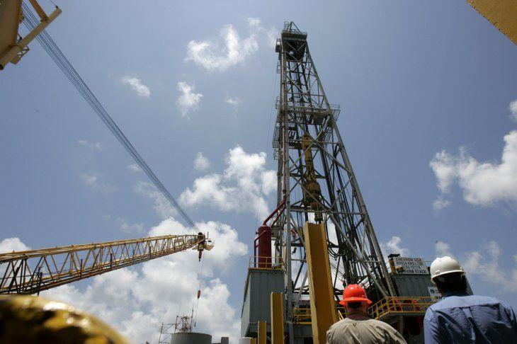 FOTO DE ARCHIVO. Trabajadores permanecen a bordo de la plataforma petrolera Petronius de Chevron