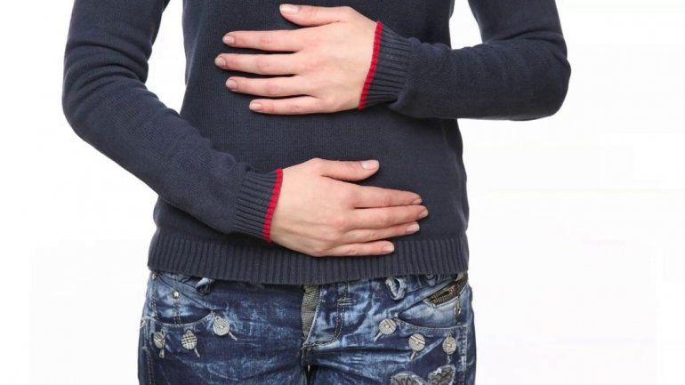 Los síntomas del intestino irritable son los siguientes: dolores abdominales e hinchazón o alteraciones frecuentes de la función intestinal