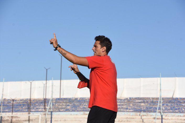 Un DT activo que brinda indicaciones cuando es necesario (foto Claudio Espinoza)