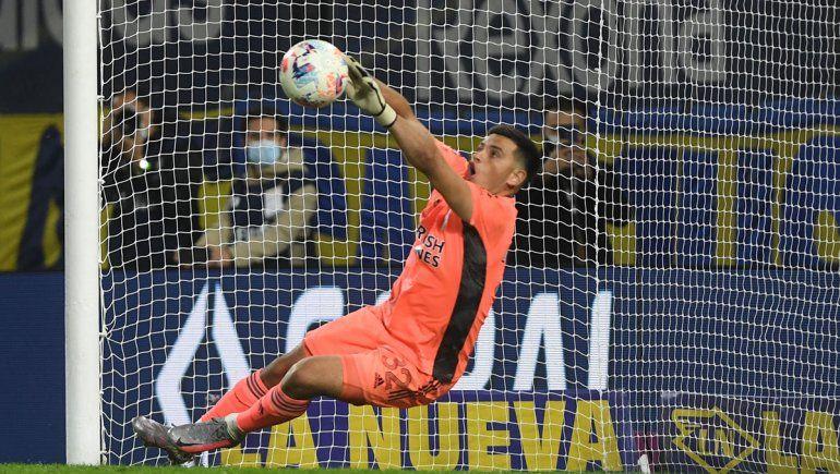 Del abrazo del Muñe a las felicitaciones de Tevez: el gran debut del arquero de River