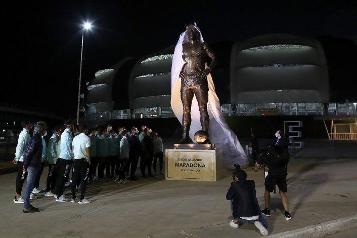Antes de enfrentar a Chile, el Seleccionado inauguró la estatua de Maradona