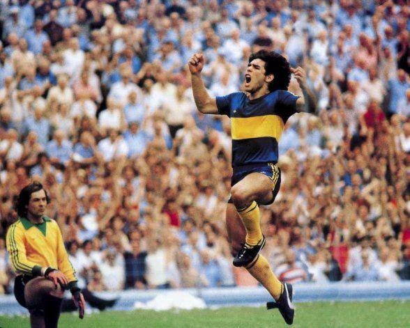 Proponen incorporar a Maradona en el escudo de Boca