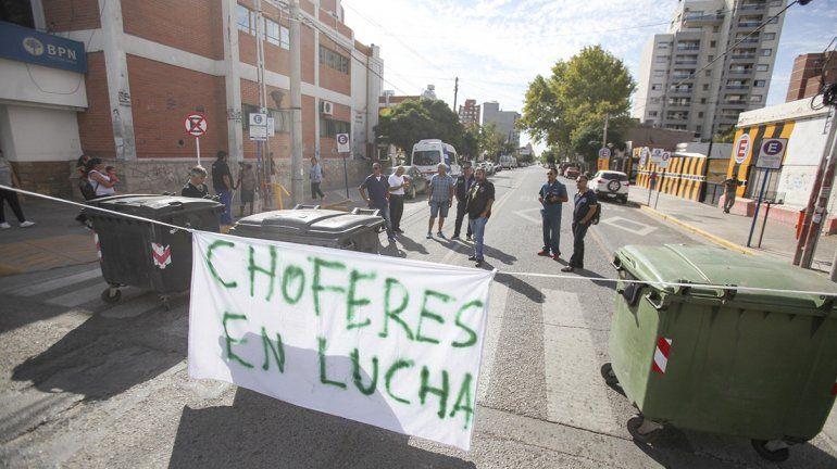 Choferes de ambulancias del Castro Rendón cortan el tránsito en el centro
