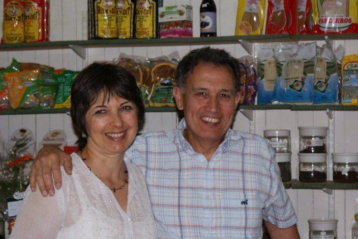 Ana María y Carlos en su almacén de productos saludables.