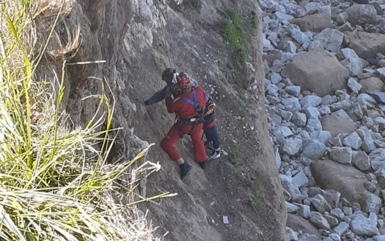 El hombre fue rescatado tras varias horas colgado del acantilado en Mar del Plata. Dijo que los dos se habían caído.
