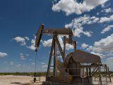 Una bomba de petróleo opera en el área de producción de Permian Basin cerca de Wink, Texas, Estados Unidos, 22 de agosto de 2018. REUTERS / Nick Oxford