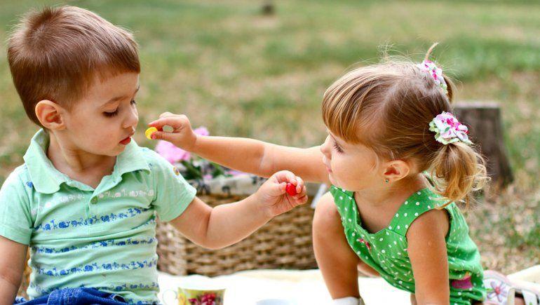 Bebés altruistas: estudio muestra que la bondad viene de cuna