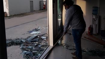 El viento estalló los vidrios de una oficina en el Paseo de la Costa