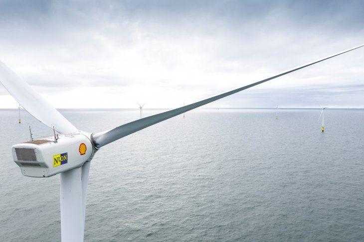 Foto de archivo ilustrativa de una turbina eólica en el campo Egmond aan Zee en la costa holandesa