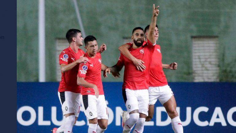 Contra todo, el Rojo empató en Brasil y es líder del grupo