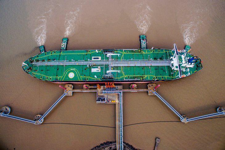 Imagen de archivo de un buque petrolero descargando crudo en una terminal petrolera en Zhoushan
