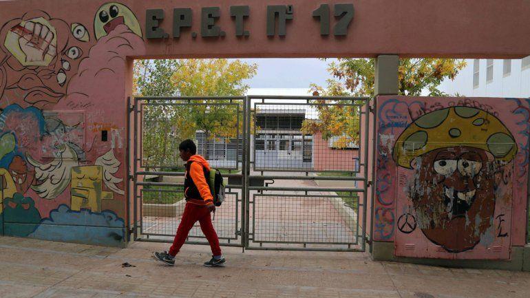 Dos estudiantes fueron encañonados en el playón del EPET 17