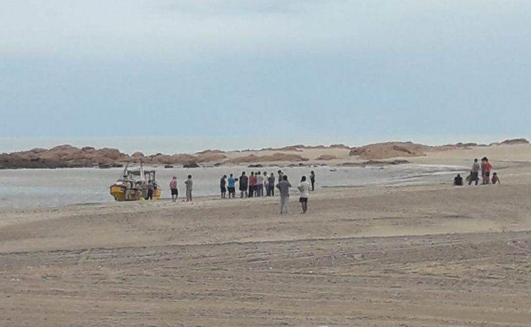 Otros pescadores artesanales que operan en Piedras Coloradas se acercaron al lugar.