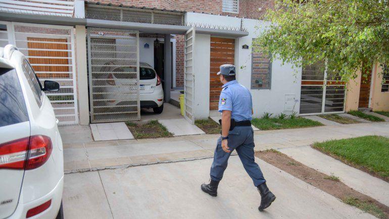Dos hombres armados sorprendieron a una mujer con sus tres hijos y los encerraron en la casa