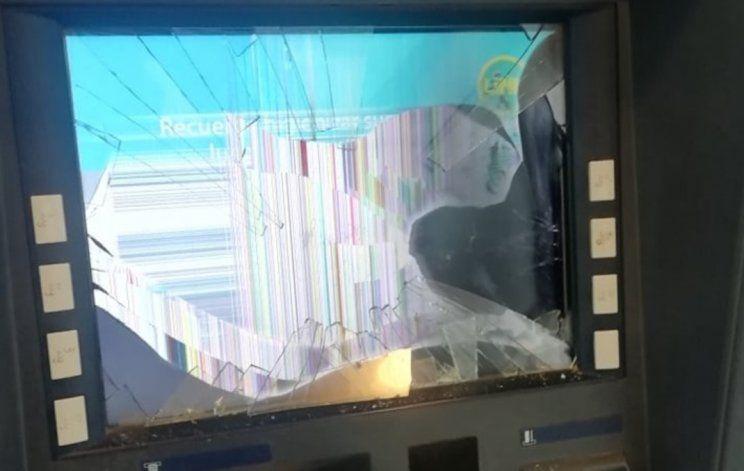 Se enojó con el cajero automático y lo destrozó