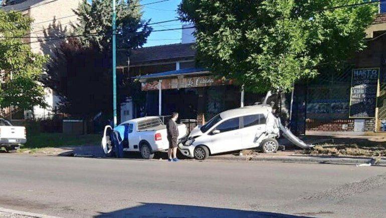 Un camionero se quedó dormido y chocó tres autos estacionados