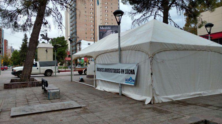 Docentes de la UNCo instalaron una carpa en el monumento a San Martín