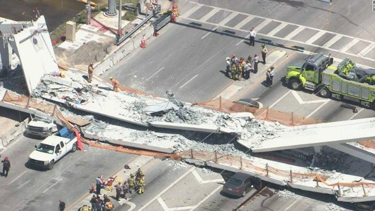 Varios muertos al desplomarse un puente peatonal en Miami