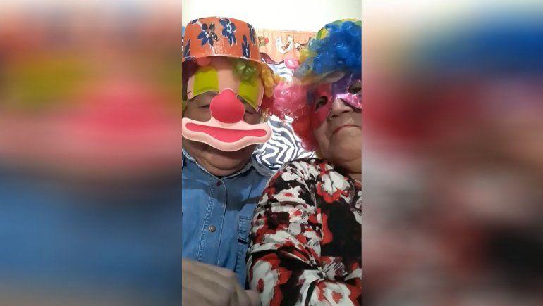 Día del niño: abuelos se disfrazan de payasos y regalan merienda