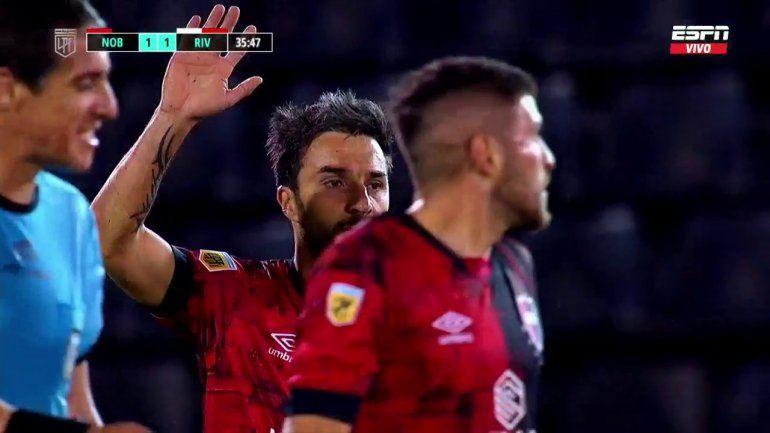Las disculpas de Scocco a River, tras marcarle el gol.