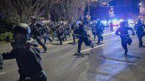 policia mato a un joven negro y volvio la violencia a las calles de ee.uu.