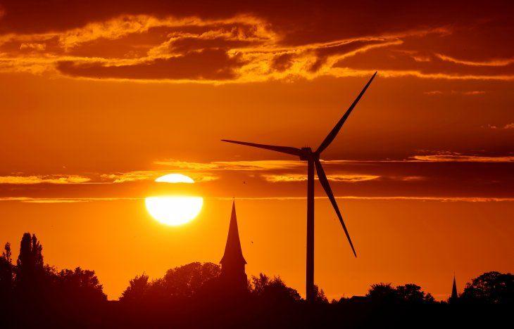 FOTO DE ARCHIVO: Una turbina de molino de viento generadora de energía es fotografiada durante la puesta de sol en un parque de energía renovable en Ecoust-Saint-Mein, Francia, 6 de septiembre de 2020