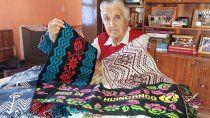 juliana, fundadora de una fabrica de dulces, ahora no se separa de su telar