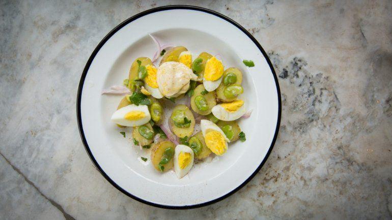 Receta clásica: ensalada de papa, huevo y habas