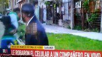 insolito: le robaron el celular en vivo a un movilero de canal 9